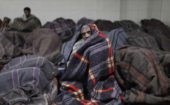 突如其来的寒潮已使北方邦冻死155人。而在新德里和北部其他几个邦,也有多人被冻死。有些流浪者找不到树枝,只能燃烧塑胶袋取暖。