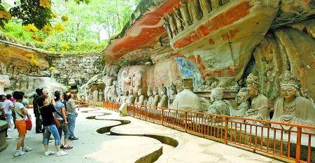 游客在大足石刻参观