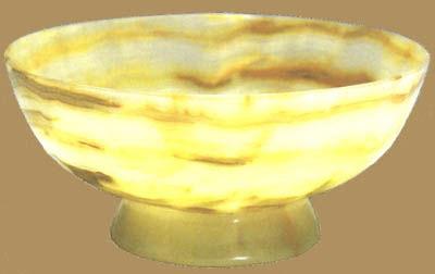 玉石碗。阿富汗农业大臣列札赠周恩来。碗用优质玉石精制而成。敞口,腹渐收,喇叭形碗底,圈足。该碗胎壁轻薄,可透光线,玉石天然纹理在碗胎上形成和谐美妙的图案。