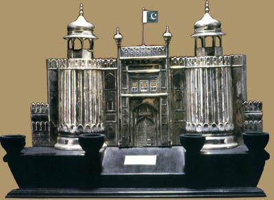 银质拉合尔城堡模型。巴基斯坦西巴省省长马·阿·穆罕默德赠周恩来。拉合尔,是印度河流域有二千多年历史的古城,在莫卧儿王朝时期达到全盛。它至今遗存的许多名胜古迹,仍保留着莫卧儿王朝时期富有伊斯兰色彩的建筑风格。