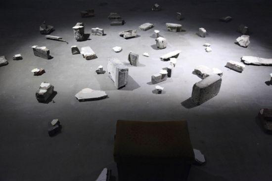 普拉贾克塔·波特尼斯作品《这儿曾是一个家》(来自上海石库门的现成物,墙纸,蕾丝,纸,木炭与声音)