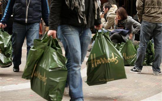 """由于在海外出手阔绰,中国游客被商家戏称为""""行走的钱袋子""""。(图片来源:英国每日电讯报)"""