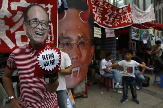 """随着香港经济高速发展时代的结束,港人对社会公平、福利比过往更为看重,但李嘉诚依然认为""""贫富悬殊是全球大趋势"""",""""香港人都想创富,政府的角色应该要让人人有创富的机会,而不是等待打救"""",恐怕还是过于高高在上,与民众对富豪形象的期待无疑有一定差距。(路透社图片)"""