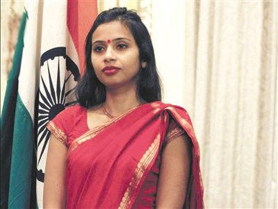 印度女外交官科布拉加德因涉嫌签证材料造假以及克扣薪水,于今年12月12日在纽约被警方逮捕。科布拉加德说,被逮捕后,她多次被戴上手铐,受到脱衣搜查等屈辱待遇,并且和吸毒者关押在同一个牢房。