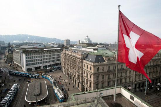 图片左方为UBS位于苏黎世的总部,右方为瑞士信贷。