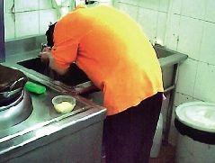 厨师餐具冲洗池洗头。