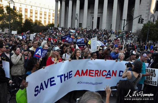 """还记得将近三年前的""""占领华尔街""""运动吗?这场在金融危机爆发之后的运动核心诉求就是抗议美国社会经济不公,1%的美国人拥有99%的权利和财富。(图片来源:人民网)"""