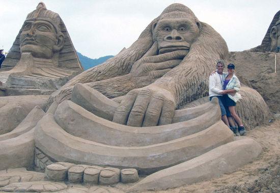 英国49岁艺术家保罗·霍格德与荷兰妻子里米前往中国、科威特、丹麦等世界各地旅游,同时创造各种令人惊异的沙雕艺术。(网页截图)