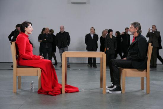 2010年,阿布拉莫维克在MOMA的716小时静坐