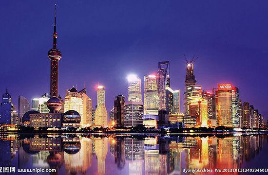 1990 年 4 月,中央决定以浦东开发为龙头,带动长江三角洲和长江流域的发展。图为如今的浦东建设新貌。