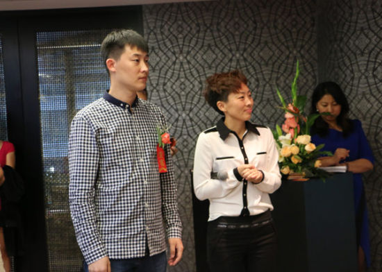 左一:艺术家王磊