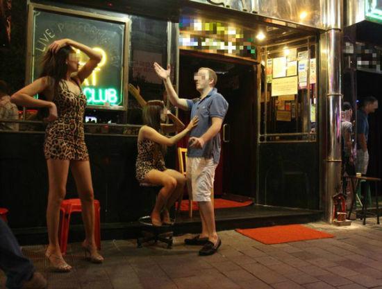 """香港湾仔酒吧区被称为""""毒品卖淫之城"""""""