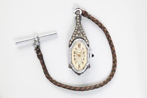 """20世纪初琵琶形坤式怀表   加表带全长22厘米。表长5.4厘米,宽2.2厘米,厚1.2厘米。此表 为瑞士制造,出品于20世纪初,为著名的""""ROXY""""品牌。"""
