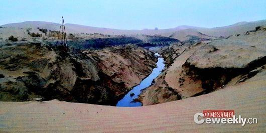 荣华公司污染现场,人为挖开的沟壑,残存的污水与黑色淤泥布满底部,散发出一股恶臭。《中国经济周刊》记者 韩文 摄