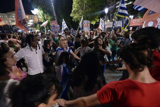 """上周日(5日)晚间,""""No""""阵营在希腊议院门前庆祝公投结果。(图片来源:AFP)"""
