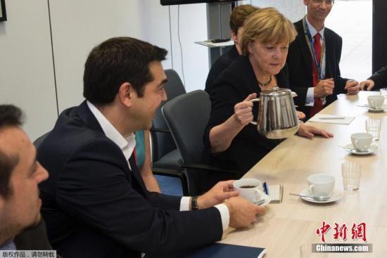 图为当地时间7月7日,布鲁塞尔,欧元区领导人在紧急峰会召开之前先行开会,小会议室内气氛轻松,图为德国总理默克尔为希腊总理齐普拉斯倒咖啡。