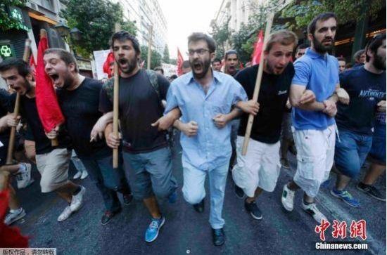 本地时刻2015年7月10日,希腊雅典大众举办大范围反压缩游行请愿。