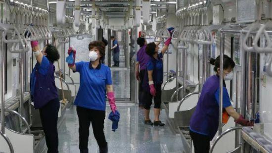 材料图:20015年6月4日,韩国首尔地铁作业人员正在对车辆停止消毒