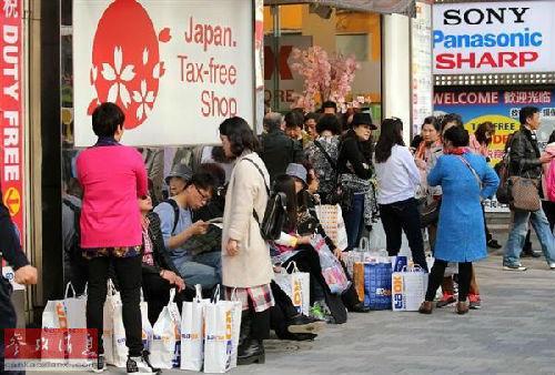 国家赴日旅客数目激增招致旅店爆满。图为东京陌头,国家旅客到处可见。