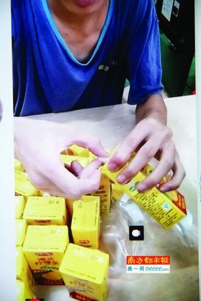 视频显示工人在涂擦生产日期。南都记者吴进翻拍