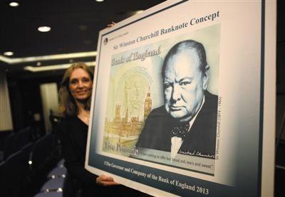 2013年12月,英国伦敦,英格兰银行的工作人员展示将于明年发行、印有温斯顿·丘吉尔头像的面值为5英镑的塑料钞票。图/CFP