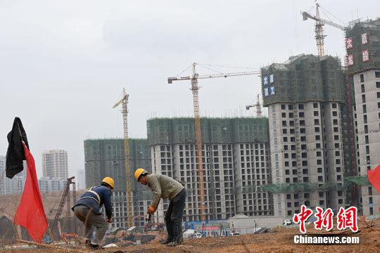 材料图:山西太原,民工在一修建工地功课。中新社记者 武豪杰 摄