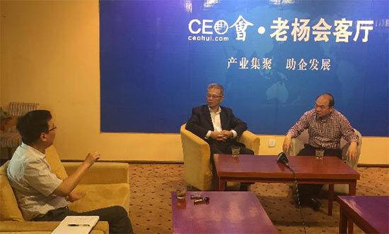 新乡市政府代表与田伯平教授互相交流,表达对河南,对新乡经济发展的看法。