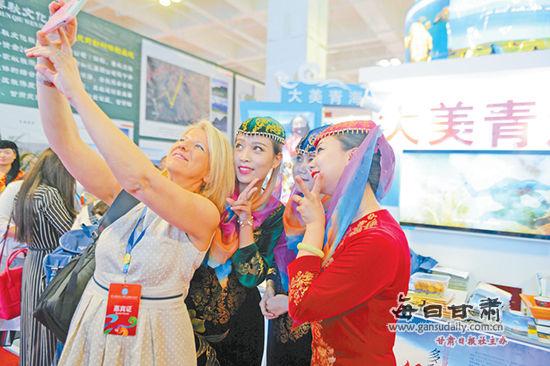 旅游展台吸引外国友人的目光。兰州晨报首席记者裴强摄