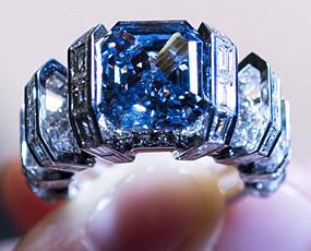 8克拉蓝色钻戒拍卖 估价1.6亿