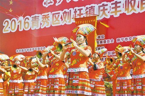 刘圩镇八音演奏。 记者 梁枫 摄