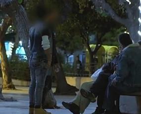 难民男孩雅典当街卖淫谋生