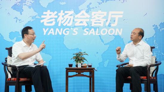 本期嘉宾肖文兴(左)与主持人杨建国(右)谈营商环境