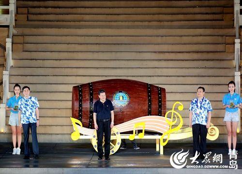 青岛市市长孟凡利开启了第27届青岛国际啤酒节第一桶啤酒。