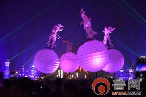 澳大利亚奇异果乐队奇特的演出形式吸引了游客的目光 左修国 摄
