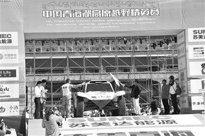 2017中国·青海湖高原越野精英赛发车仪式现场。记者刘伟摄