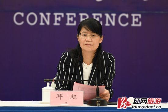 岳阳市人民政府副市长邱虹介绍活动情况。