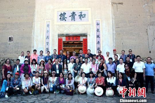 图为海外华文媒体代表在和贵楼前合影。 张金川 摄