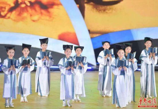 童声情景讲述《岳阳楼记》。图 唐俊