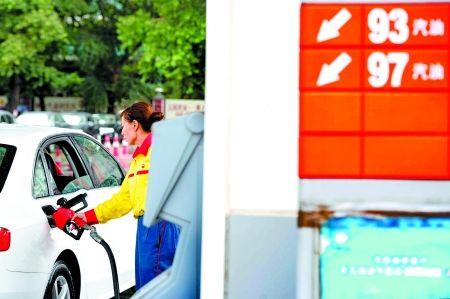 昨日,一处加油站工作人员在为车辆加油. 新华社 图