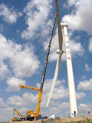 每台风力发电机组及配套塔筒吊装总重187.75吨,风轮安装高度65米.