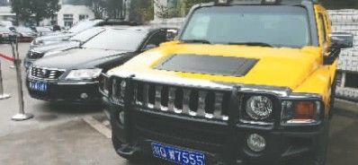 黄色悍马最受关注 (图片来源:成都商报)
