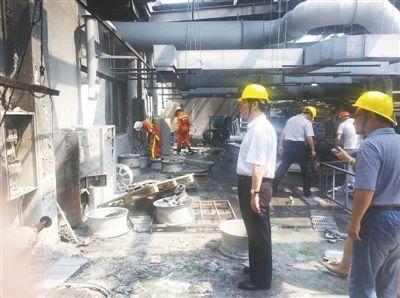 昨日,国家安监总局的工作人员在昆山中荣公司事故现场调查。目前,爆炸已致71人死亡。新华社记者 徐庆松 摄