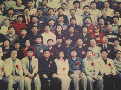 2002年5月,刘迎霞参加黑龙江省工商联第八届会员代表大会时的留影(部分),前排正中白衣女性为刘迎霞。新京报记者 胡涵 摄