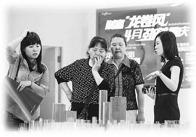 重庆市民在房交会上选楼盘。 新华社记者 陈诚摄