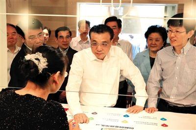 昨日,中关村创业大街创业会客厅,李克强与工作人员交谈。据中国政府网