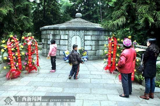 柳州:清明祭扫大军21万 低碳祭扫受青睐(图)