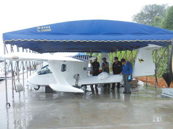 由西班牙Colyaer公司设计的自由水陆两栖轻型运动飞机(FreedomS100),使得众多寻求乐趣和两栖多功能的飞行员感到满意,它既可快速巡航也可像滑翔机一样滑行。   昨天,记者在东堤山水游艇会码头,就看到了两架FreedomS100水陆两用飞机,正在准备参加我市水上极速表演活动。   据柳州山水游艇会一负责人介绍,这两架FreedomS100水陆两用飞机是游艇会从西班牙进口的。据他所知,这是目前国内第一次引进这种轻型运动型水陆两用飞机。飞机翼长12.