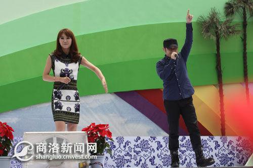 """众明星捧场""""双节""""开幕式外国歌手学唱商南民歌"""