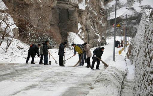 华山景区工作人员清扫积雪确保游客通行(图)