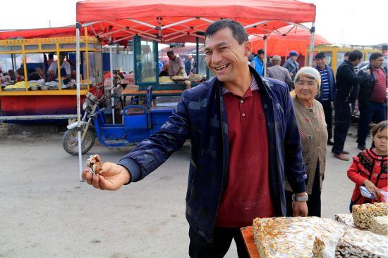 新疆巴楚:逛南疆吃正宗切糕竟然不要钱
